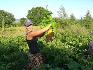 mulher em fazenda organica