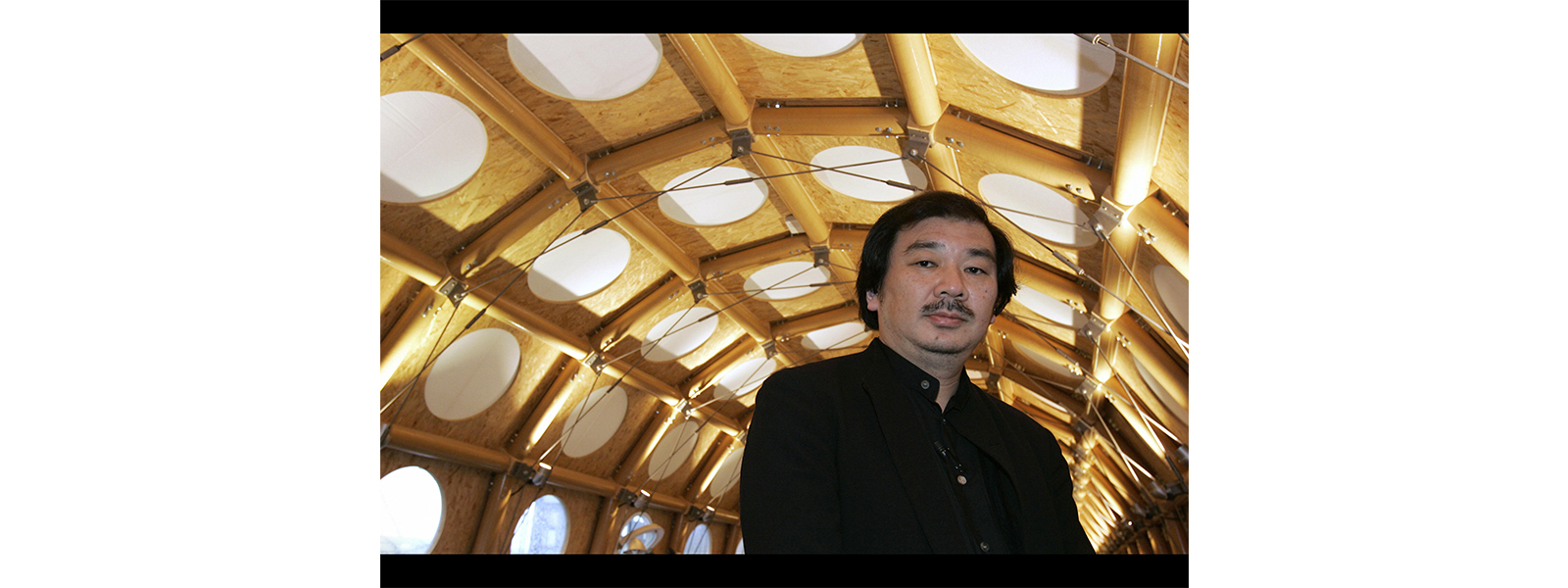 arquiteto japones que constroi usando tubos de papelão