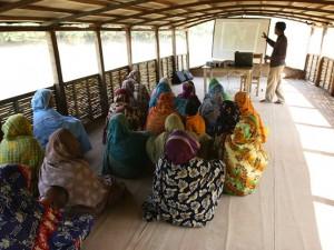 Barco escola é equipado para oferecer aulas às crianças e seus pais.